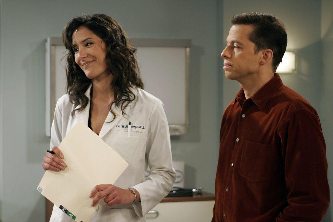 Alan (Jon Cryer, r.) begleitet Charlie zum Arzt. Doch mit einer solchen Ärztin (Alicia Coppola, l.) haben beide nicht gerechnet ... - Bildquelle: Warner Brothers Entertainment Inc.