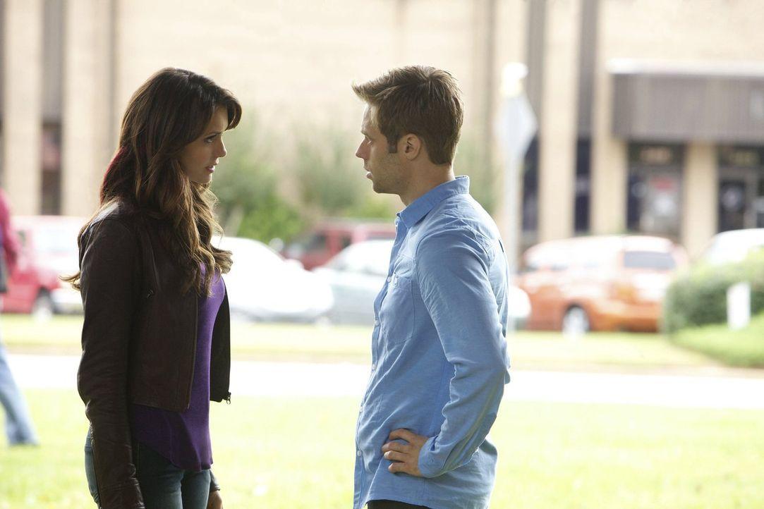In ihrer Verzweiflung wendet sich Elena (Nina Dobrev, l.) an Aaron (Shaun Sipos, r.). In der Hoffnung, so Damon zu finden, aber es kommt ganz anders... - Bildquelle: Warner Brothers