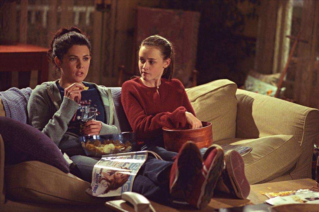 Lorelai (Lauren Graham, l.) muss sich ein Eingeständnis machen, während Christophers Freundin großes Interesse an Rory (Alexis Bledel, r.) zeigt ...... - Bildquelle: 2001 Warner Bros. Entertainment, Inc.