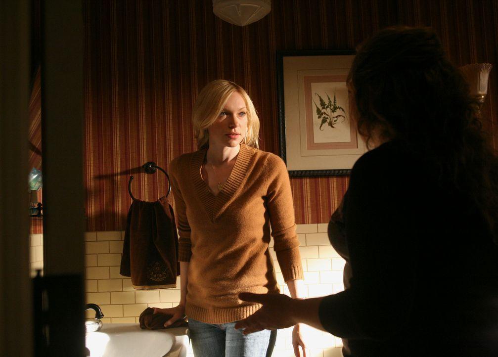 Erzählt Janet (Rebecca Field, r.) von Nicks Liebesgeständnis und realisiert dabei, dass sie Nick auch noch liebt: Hannah (Laura Prepon, l.) ... - Bildquelle: ABC Studios
