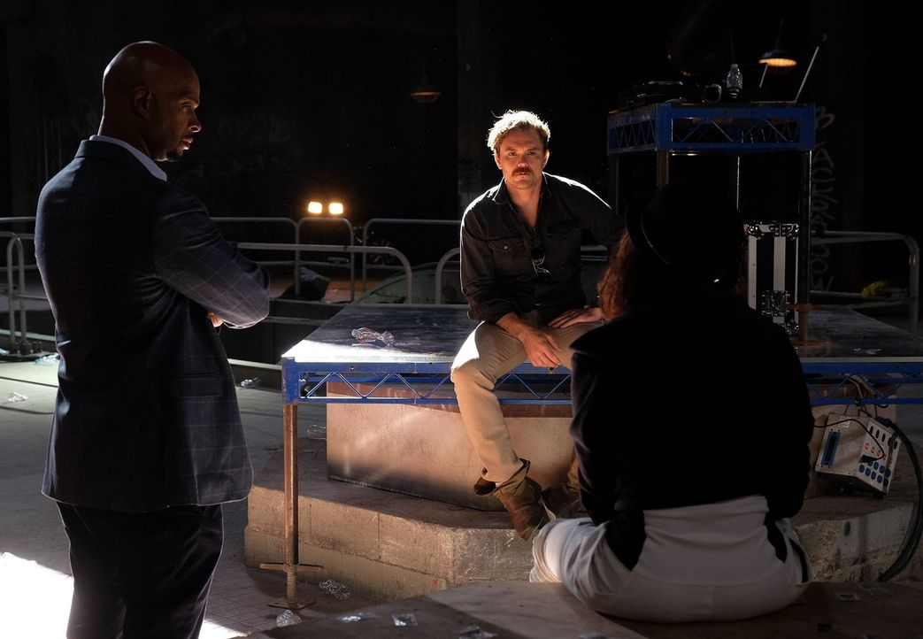 Durch einen Mord in Koreatown geraten Riggs (Clayne Crawford, M.) und Murtaugh (Damon Wayans, l.) zwischen die Fronten eines Bandenkriegs, bei dem e... - Bildquelle: 2016 Warner Brothers