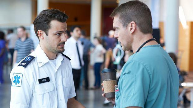 Immer wieder taucht Luke (Tyler Hynes, l.)  bei Charlie (Michael Shanks, r.)...