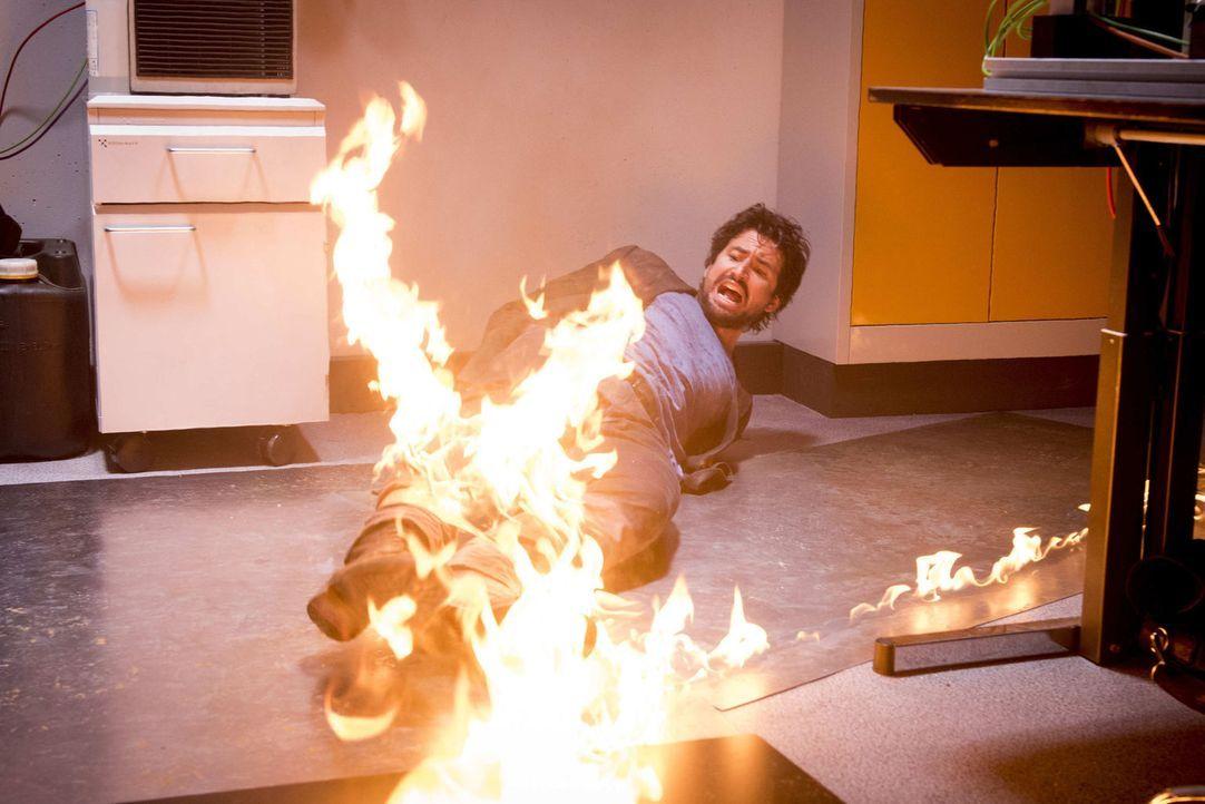 Dumm gelaufen, aber Felix (Tom Beck) fällt einer skrupellosen Mörderin in die Hände, die ihn nur zu gerne abfackeln würde ... - Bildquelle: Martin Rottenkolber SAT.1