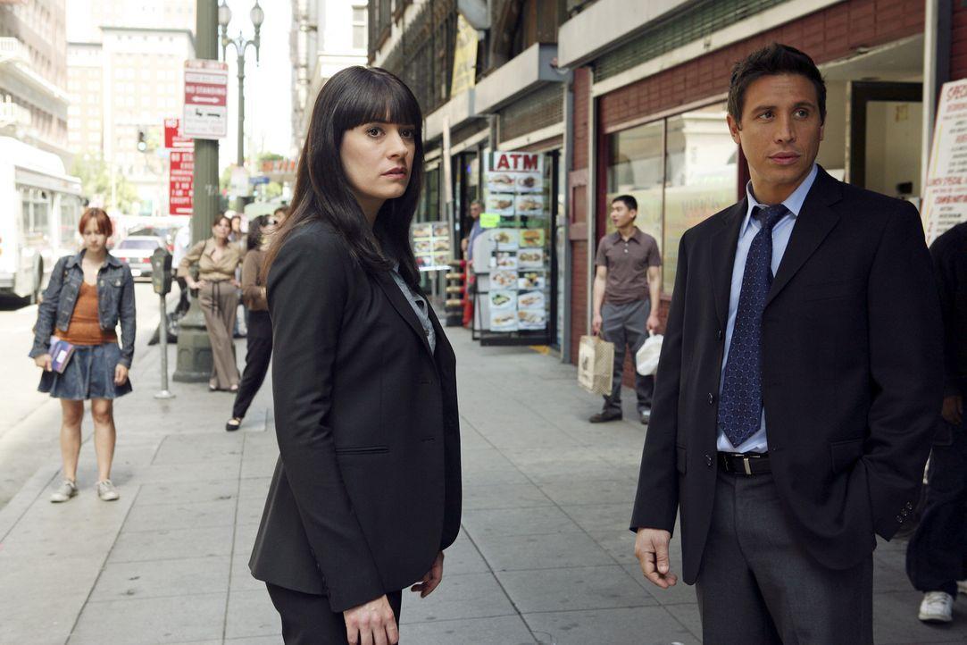 Geraten in das Schussfeuer des Täters: Emily Prentiss (Paget Brewster, l.) und Detective Cooper (Erik Palladino, r.) ... - Bildquelle: Touchstone Television