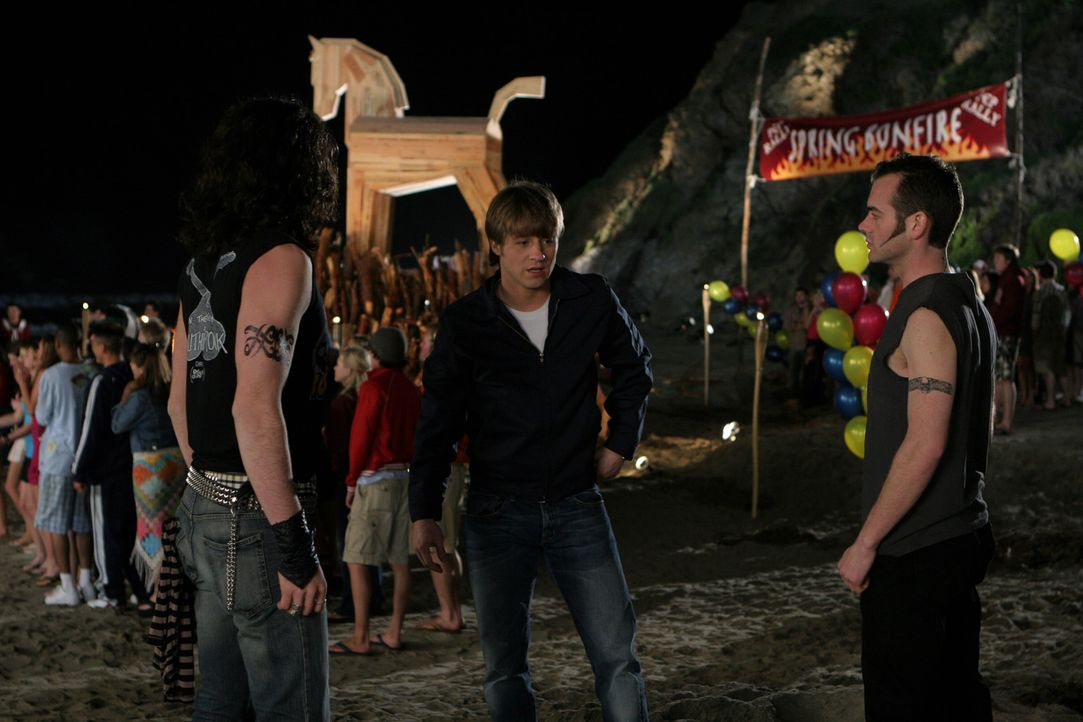 Während der Party kommt es zum Streit und Alex hat zwei Schlägertypen dabei, die sich Ryan (Benjamin McKenzie, M.) vornehmen sollen ... - Bildquelle: Warner Bros. Television