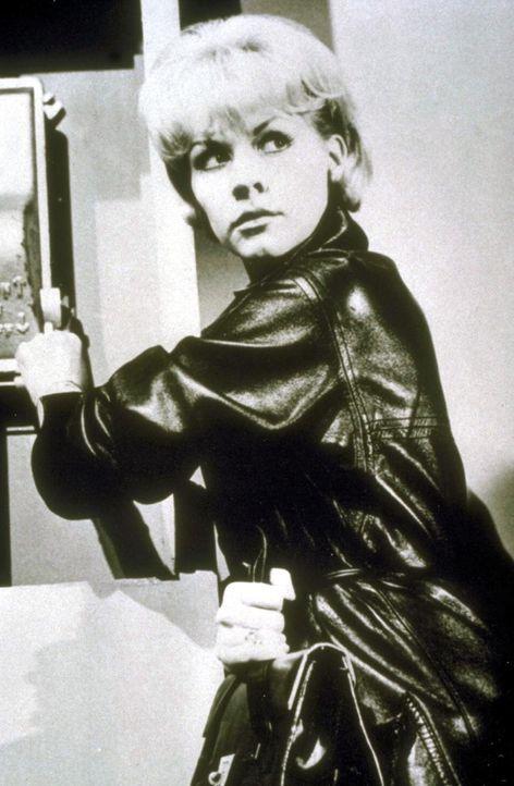 Ihr Leben ist in Gefahr: Die Sekretärin Anne Rider (Sabine Sesselmann) weiß zuviel über die Morde in der Londoner Drogenszene ... - Bildquelle: Goldstone Film Enterprises