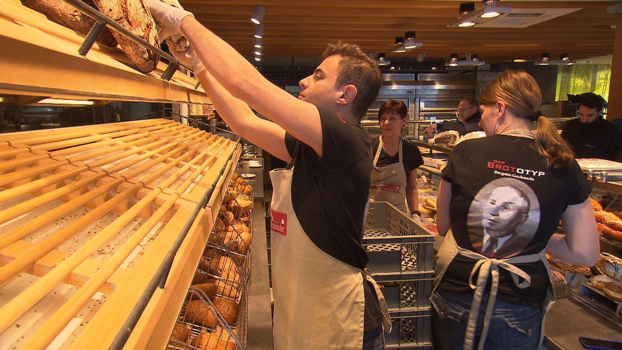 """Karim (l.) hofft darauf, in dem Unternehmen """"der Brotmacher"""" anfangen zu können - Bildquelle: kabel eins"""