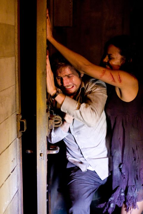 Im Visier eines gigantischen Monsters und seiner tödlichen Ableger: Lily (Jessica Lucas, r.) und Rob (Michael Stahl-David, l.) ... - Bildquelle: Paramount Pictures