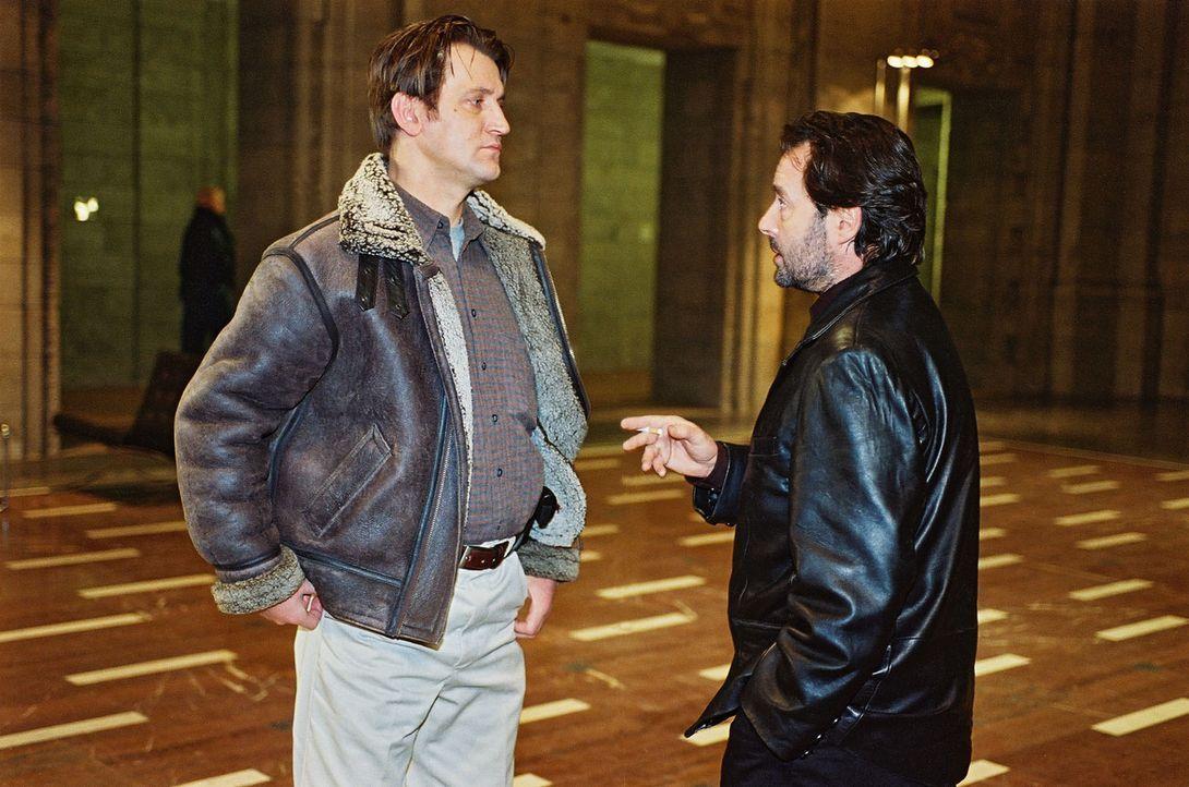 Im Polizeipräsidium wird Peter Nowak (Ingo Naujoks, l.) von seinem Vorgesetzten Bach (Uwe Kockisch, r.) angesprochen. Bach will alles über den Mord... - Bildquelle: Wolfgang Jahnke Sat.1