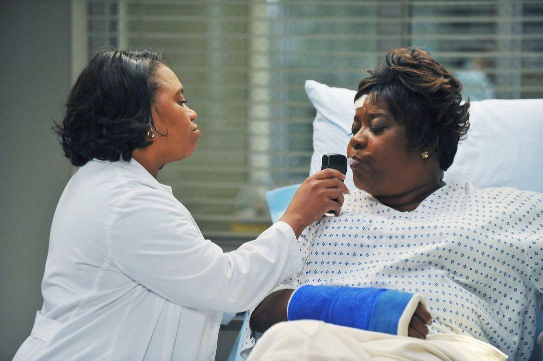 Während sich Meredith zwischen ihrer Fruchtbarkeitsbehandlung und ihrem Augenlicht entscheiden muss, kümmert sich Bailey (Chandra Wilson, l.) um Web... - Bildquelle: ABC Studios