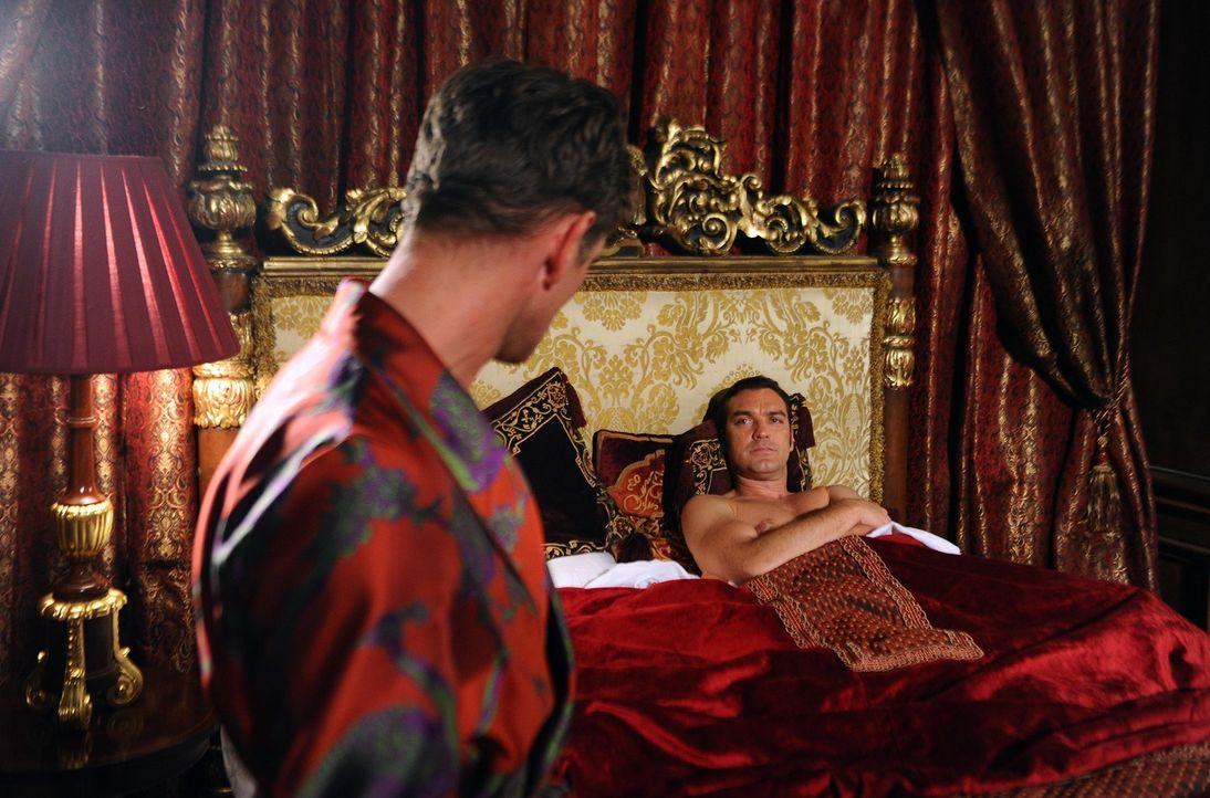 Während Prinz Cyrus (Jake Maskall, r.) und James Holloway (Scott Maslen, l.) zusammen gegen den König arbeiten, kann Prinz Liam gerade noch einer Ka... - Bildquelle: Stuart Wilson 2014 E! Entertainment Media LLC/Lions Gate Television Inc.
