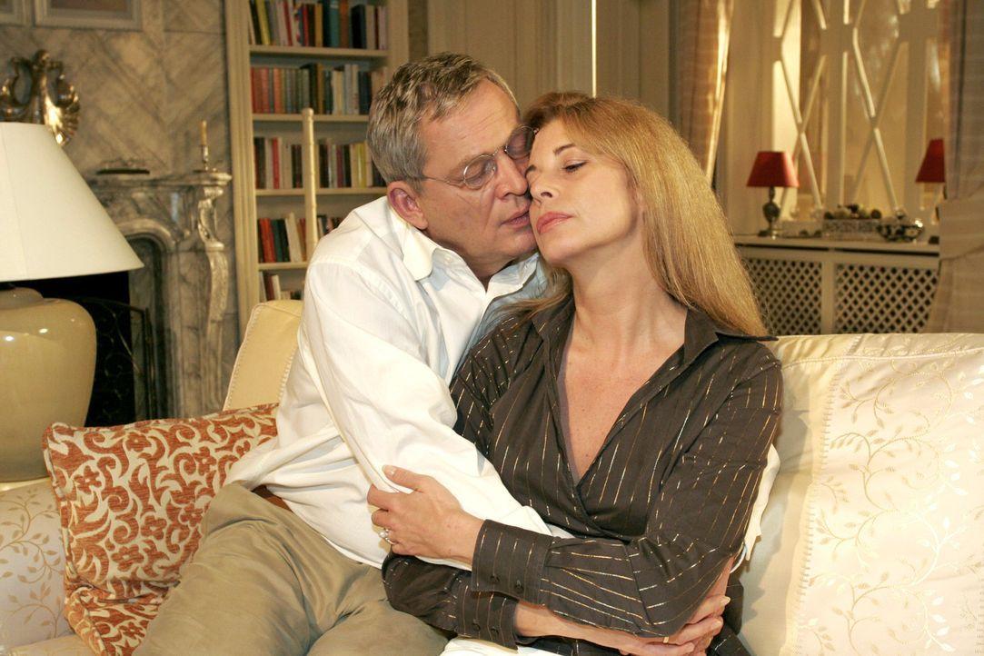Friedrich (Wilhelm Manske, l.) ist überglücklich, dass Laura (Olivia Pascal, r.) einen Neuanfang wagen will. - Bildquelle: Monika Schürle Sat.1