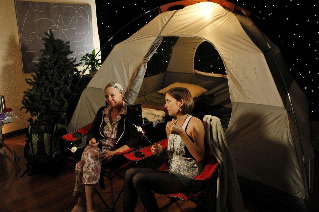 Silver (Jessica Stroup, r.) kümmert sich um ihre krebskranke Mutter (Ann Gillespie, l.) ... - Bildquelle: TM &   CBS Studios Inc. All Rights Reserved