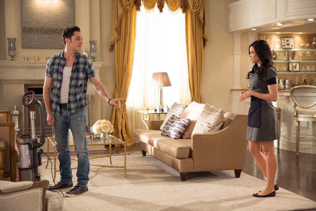 Ethan (Colin Woodell, l.) versucht mit allen Mitteln, die Gunst von Valentina (Edy Ganem, r.) zu gewinnen. Wird es ihm gelingen? - Bildquelle: 2014 ABC Studios