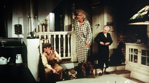Sam (Will Geer, M.) und Ester (Ellen Corby, r.) machen sich Sorgen um ihren E...