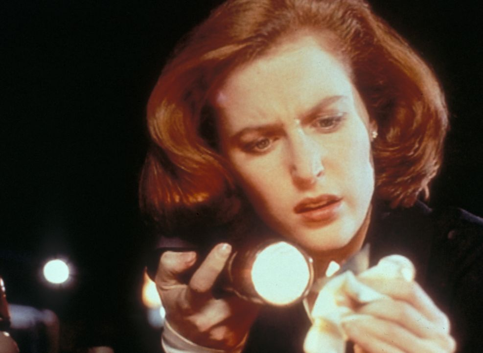 Scully (Gillian Anderson) stellt fest, dass der Serienmörder Ton an den Händen hatte. - Bildquelle: TM +   2000 Twentieth Century Fox Film Corporation. All Rights Reserved.