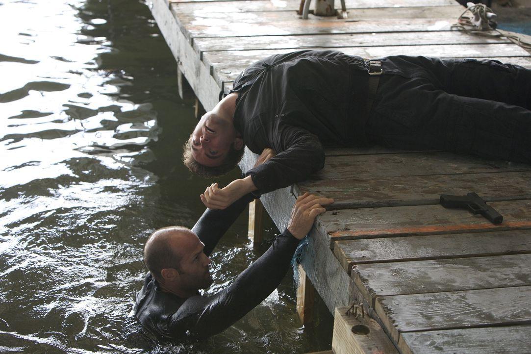 Gefühllos, präzise und schnell: Arthur Bishop (Jason Statham, l.) verrichtet seine Arbeit als Auftragskiller mit der mechanischen Präzision einer Tö... - Bildquelle: 2010 SCARED PRODUCTIONS, INC.