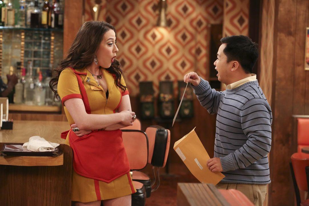 Han Lee (Matthew Moy, r.) möchte nicht, dass Max (Kat Dennings, l.) etwas Dummes sagt, wenn die Gesundheitskontrolleurin seinen Laden untersucht un... - Bildquelle: Warner Bros. Television