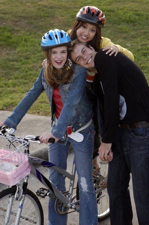 Haben zusammen viel Spaß: Brittany (Danielle Panabaker, l.), Natasha (Brenda Song, r.) und Jordan Cahill (Taran Killam, M.) ... - Bildquelle: The Disney Channel