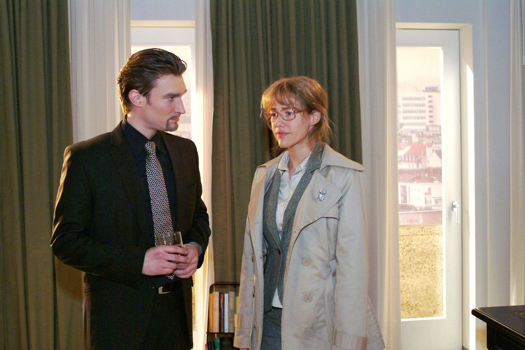 Lisa (Alexandra Neldel, r.) schlägt Richard (Karim Köster, l.) ein Geschäft vor. Wenn er das Versteck von David preisgibt, überlässt sie ihm ih... - Bildquelle: Monika Schürle Sat.1