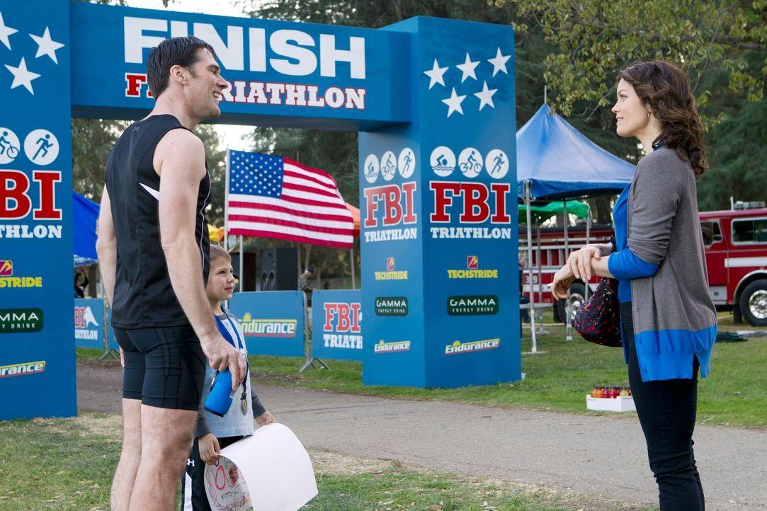 Hotch (Thomas Gibson, l.) hat erfolgreich am FBI-Triathlon teilgenommen. Jack (Cade Owens, M.) und Beth (Bellamy Young, r.) sind stolz auf ihn ... - Bildquelle: ABC Studios