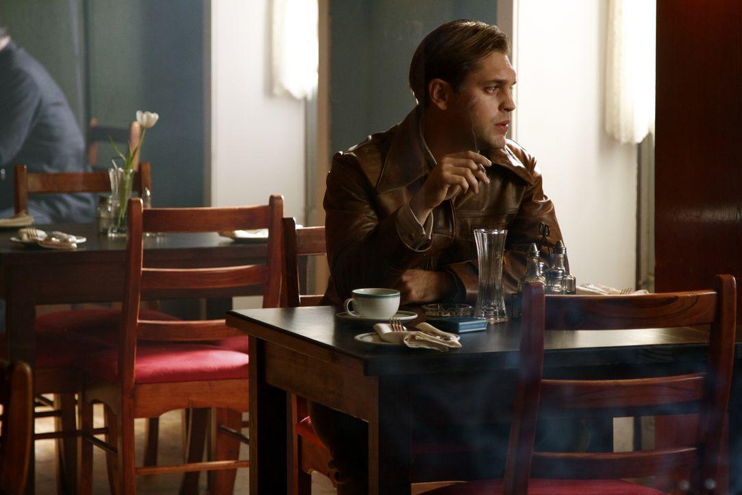 Noch ahnt Eva nicht, dass ihr Auftrag, einen holländischen Agenten (Marius Botha) zu beschatten, anders endet als geplant ... - Bildquelle: TM &   2012 BBC