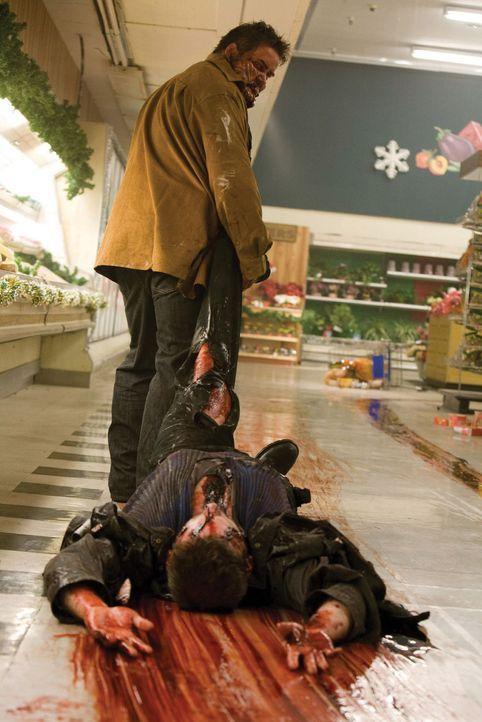 Frischfleisch für den Kühlraum: Der von Alien besetzte Chambers (Keith Hudson, stehend) kann einen der Alienjäger (Tom Kiesche) töten, doch sein... - Bildquelle: 2007 Warner Bros. Entertainment INC.