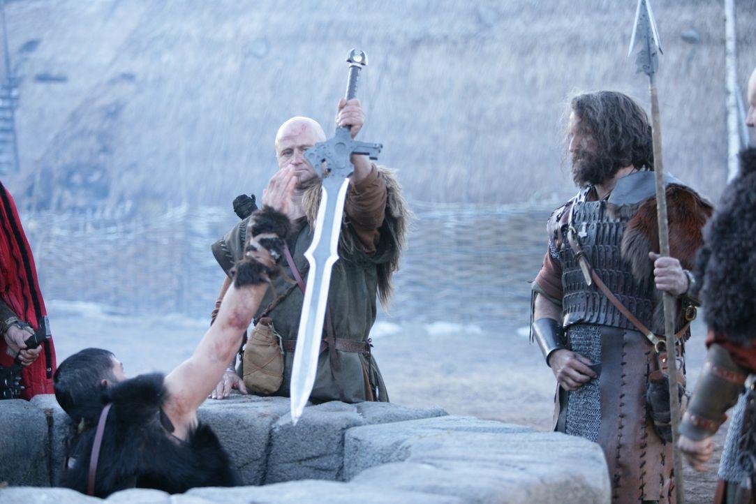 Eine kleine Gruppe Wikinger macht sich auf den Weg, um das grauenvolle Monster zu töten. Kainan (James Caviezel, l.) macht sich daran, aus dem Mater... - Bildquelle: Telepool