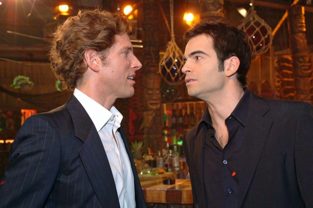 Lars (Clayton M. Nemrow, l.) und David (Mathis Künzler, r.) begegnen sich zufällig in der Bar. David sieht ein, dass Lars gewonnen hat, und gibt i... - Bildquelle: Monika Schürle Sat.1