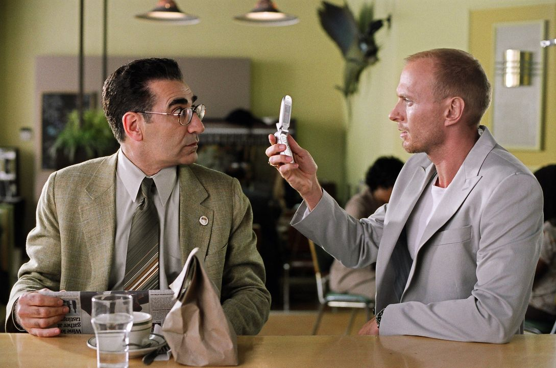Nichtsahnend gerät der tollpatschige und stets quasselnde Andy Fiddler (Eugene Levy, l.) mitten in einen Waffendeal. Der Boss der Waffenhändlergan... - Bildquelle: 2005 Warner Brothers