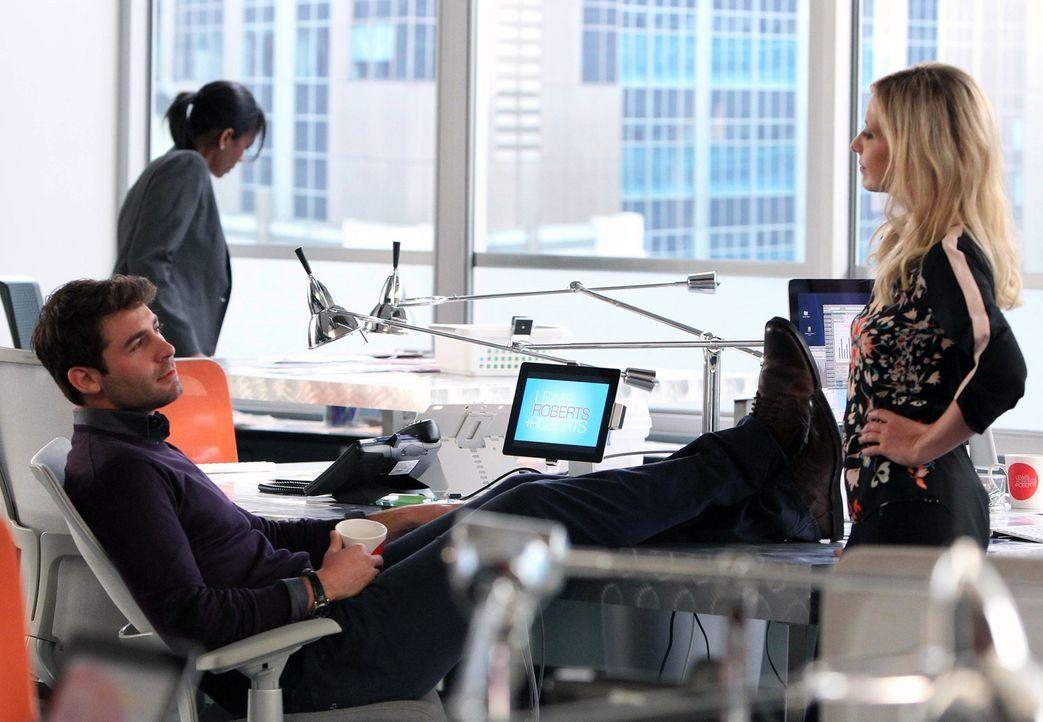 Während Andrew eine ganz besondere Aufgabe zu erledigen hat, kämpfen Sydney (Sarah Michelle Gellar, r.) und Zach (James Wolk, l.) um die Aufmerksamk... - Bildquelle: 2013 Twentieth Century Fox Film Corporation. All rights reserved.