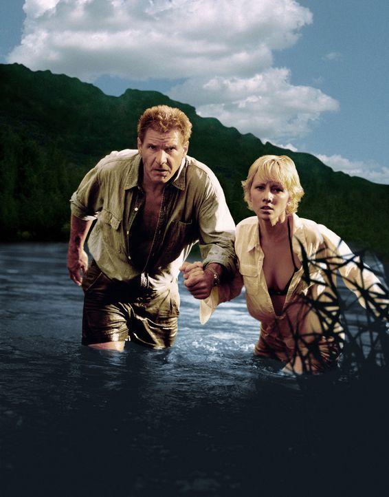 Sechs Tage und sieben Nächte müssen Robin Monroe (Anne Heche, r.) und Quinn Harris (Harrison Ford, l.) zusammen auf einer einsamen Insel übersteh... - Bildquelle: Touchstone Pictures