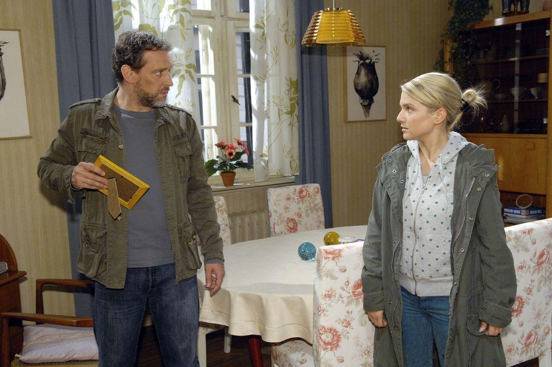 Anna (Jeanette Biedermann, r.) erschrickt, als sie Ulrich (Wolfgang Wagner, l.) zu Hause im Wohnzimmer antrifft ... - Bildquelle: Claudius Pflug Sat.1