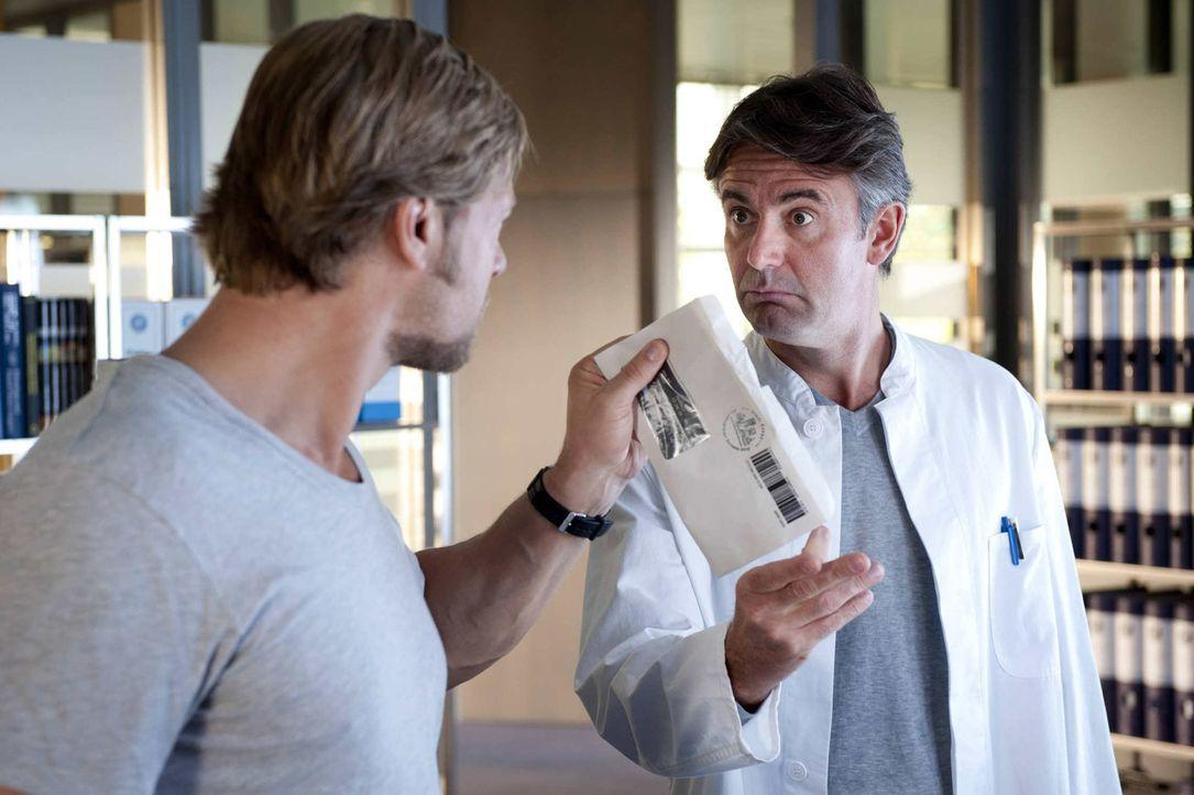 Werden wohl keine Freunde: Mick (Henning Baum, l.) und Meisner (Robert Lohr, r.) ... - Bildquelle: SAT.1