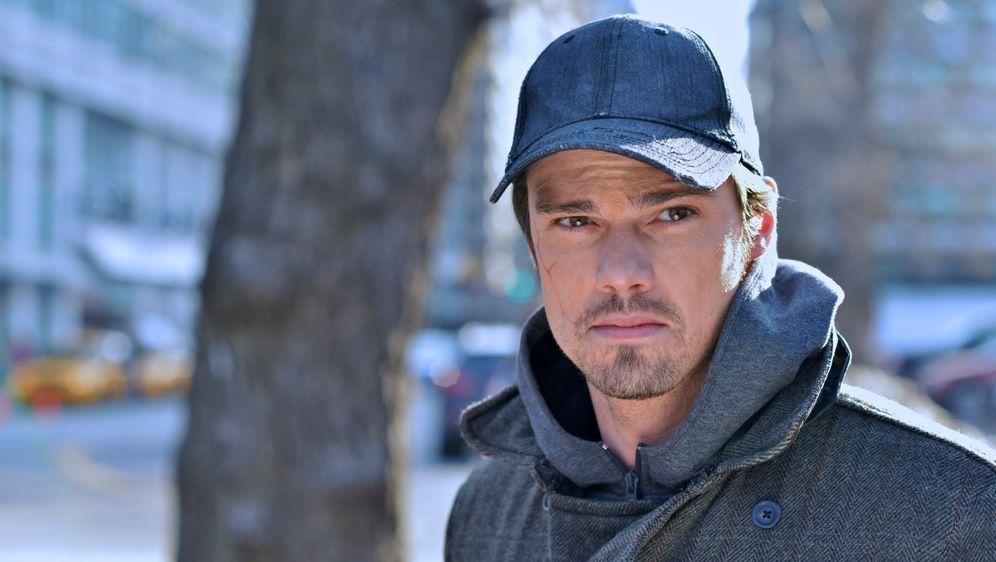 Vincent Keller (Jay Ryan) macht eine Beobachtung, die ihn zutiefst eifersüch... - Bildquelle: 2012 The CW Network, LLC. All rights reserved.