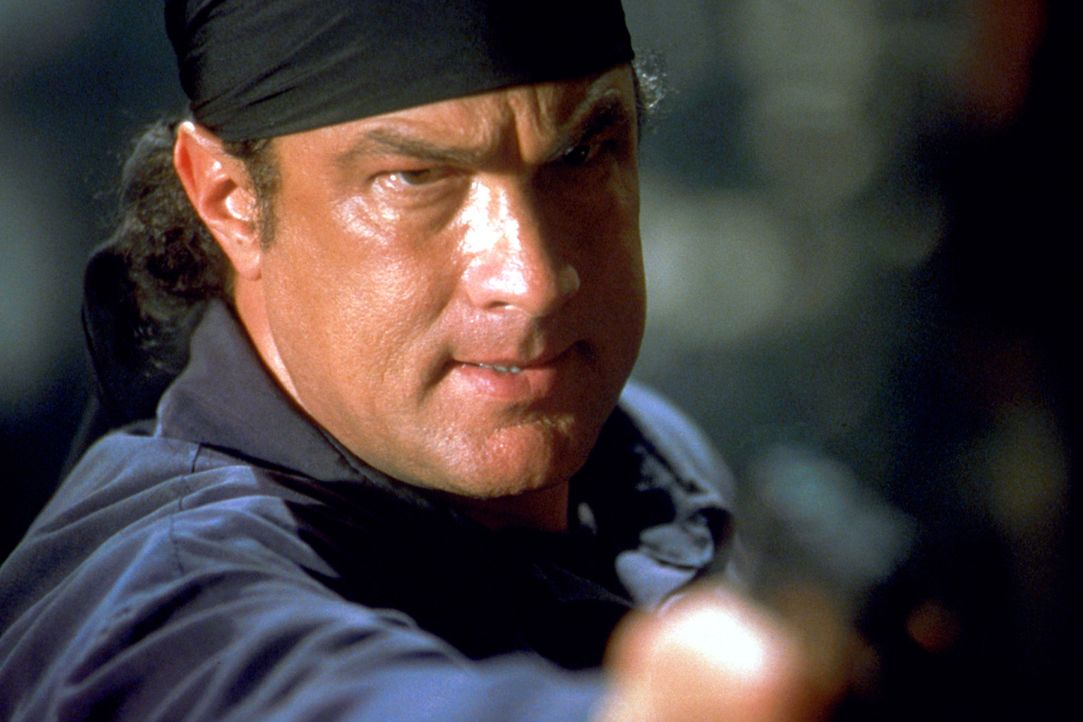In einem Kampf auf Leben und Tod ist er seinen Gegner stets zwei Schritte voraus: Undercover Agent Sascha Petrosevitch (Steven Seagal) ... - Bildquelle: 2003 Sony Pictures Television International. All Rights Reserved.