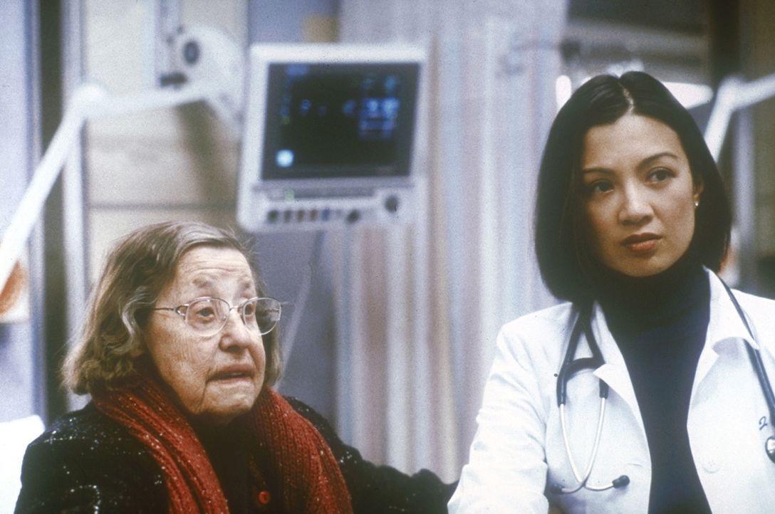 Auf der Intensivstation informiert Jin-Mei Chen (Ming-Na Wen, r.) eine Angehörige über den Operationsverlauf ihres Mannes. - Bildquelle: TM+  2000 WARNER BROS.