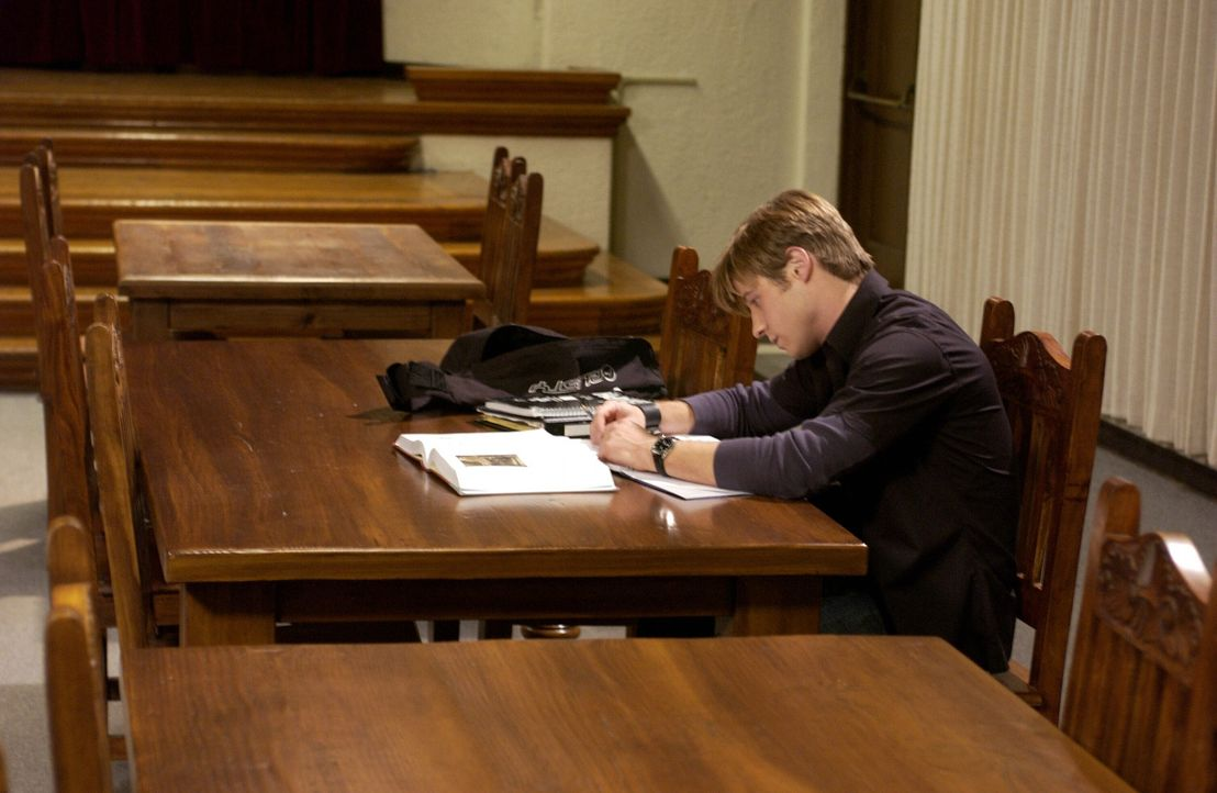 Ryans (Benjamin McKenzie) Misstrauen gegenüber Oliver wächst weiter und fatalerweise beschließt er, in der Schule einzubrechen, um dessen Akte ei... - Bildquelle: Warner Bros. Television