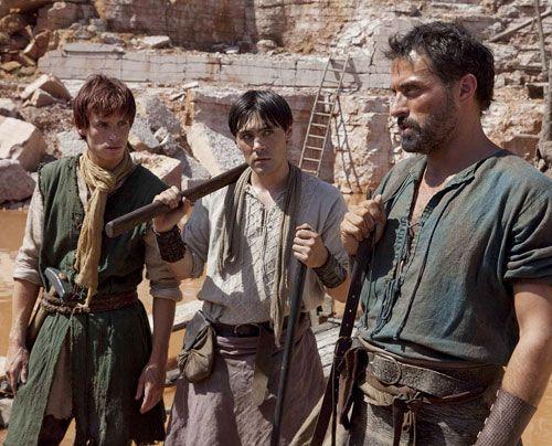 Im Steinbruch von Shiring stoßen Tom (Rufus Sewell), Jack (Eddie Redmayne) und Alfred (Liam Garrigan) auf unerwarteten Widerstand. - Bildquelle: Egon Endrenyi - Tandem Productions - Pillars Productions