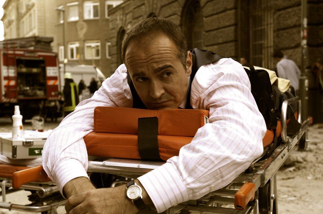 Nach der Explosion: Stolz (Holger Hauer) macht Kozack für den Zwischenfall verantwortlich ... - Bildquelle: Gordon Mühle ProSieben
