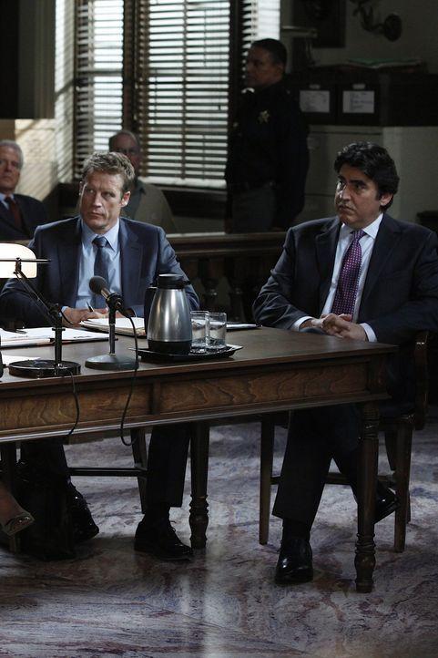 Staatsanwältin Roseanna Remmick versucht alles, um den Fall gegen Eric Sanders (Alfred Molina, r.) zu gewinnen. Dabei schreckt sie auch nicht vor g... - Bildquelle: Warner Bros. Television