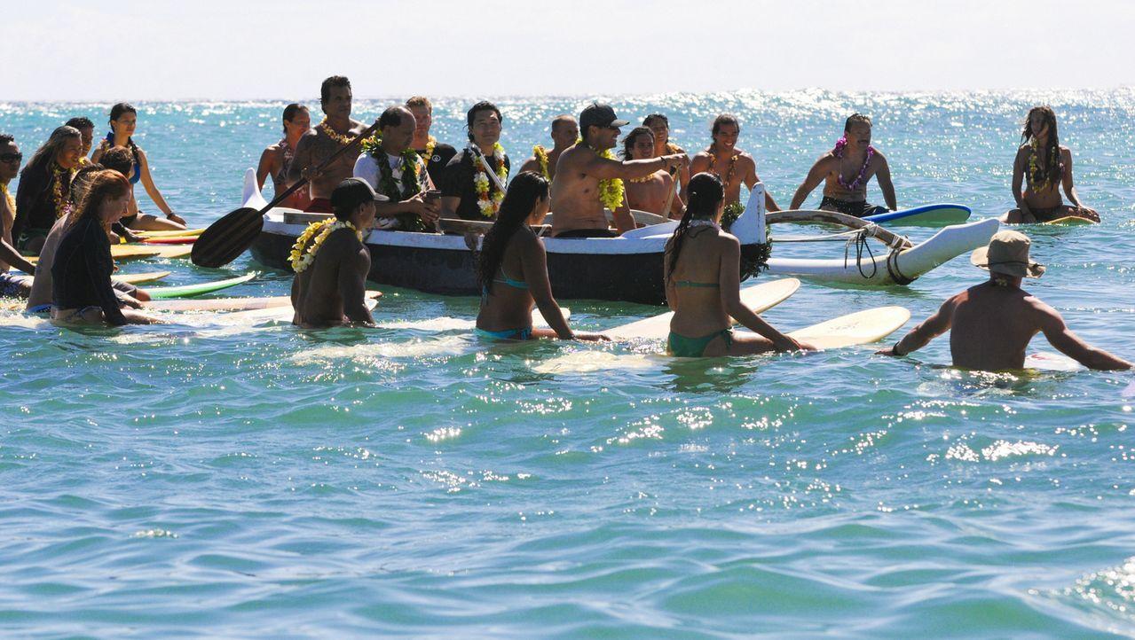 Die Hawaiianer nehmen auf ganz besondere Weise Abschied von Chins (Daniel Dae Kim, M.) Frau ... - Bildquelle: 2012 CBS Broadcasting, Inc. All Rights Reserved.