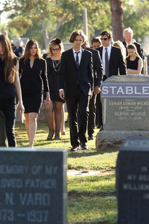 Müssen von einem Teammitglied Abschied nehmen: Alex (Jeanne Tripplehorn, l.), Garcia (Kirsten Vangsness, 2.v.l.), Reid (Matthew Gray Gubler, M.) un... - Bildquelle: ABC Studios