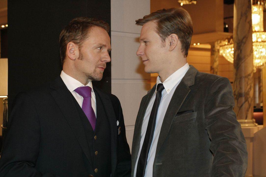 Carlo (Mathias Kahler-Polagnoli, l.) rastet wegen Gina gegenüber Philip (Philipp Romann, r.) aus ... - Bildquelle: SAT.1