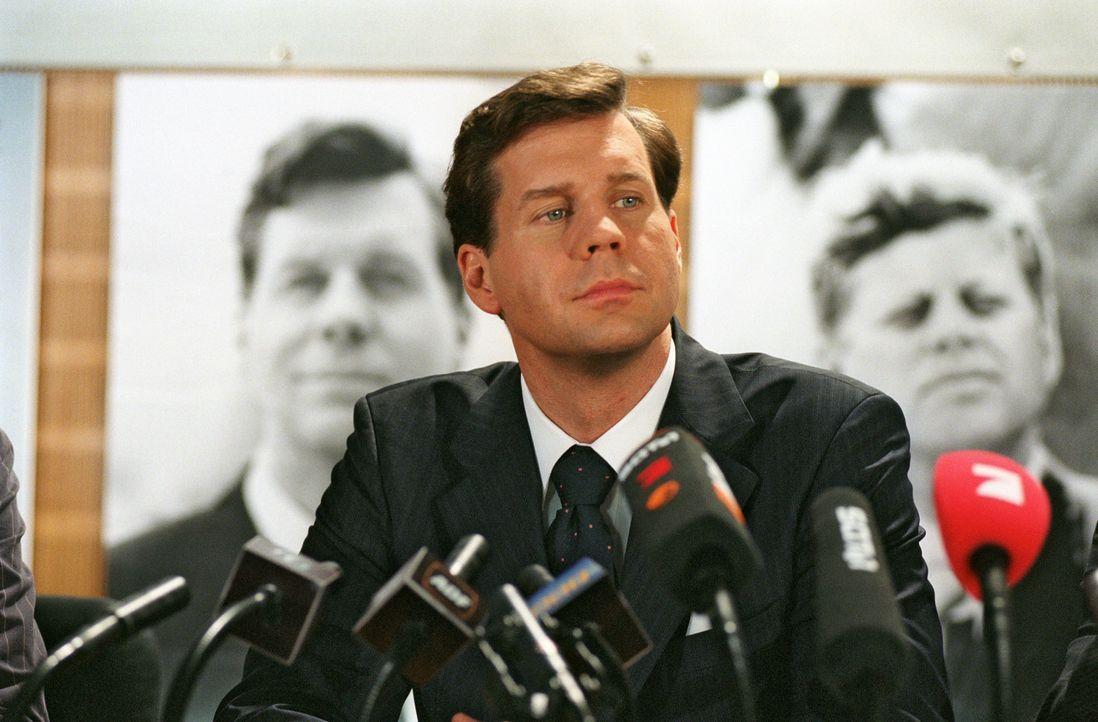 Felix (Thomas Heinze) bei der Pressekonferenz. - Bildquelle: Noreen Flynn Sat.1