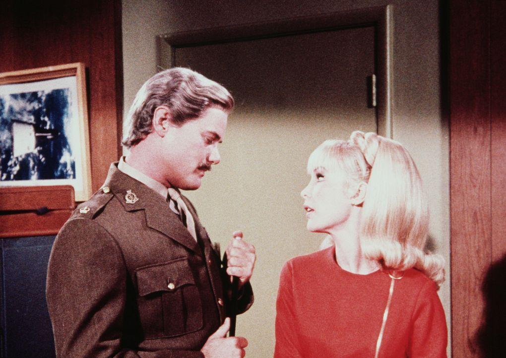 Tony (Larry Hagman, l.) verwandelt sich in einen englischen Offizier, um Jeannies (Barbara Eden, r.) Treue auf die Probe zu stellen. - Bildquelle: Columbia Pictures