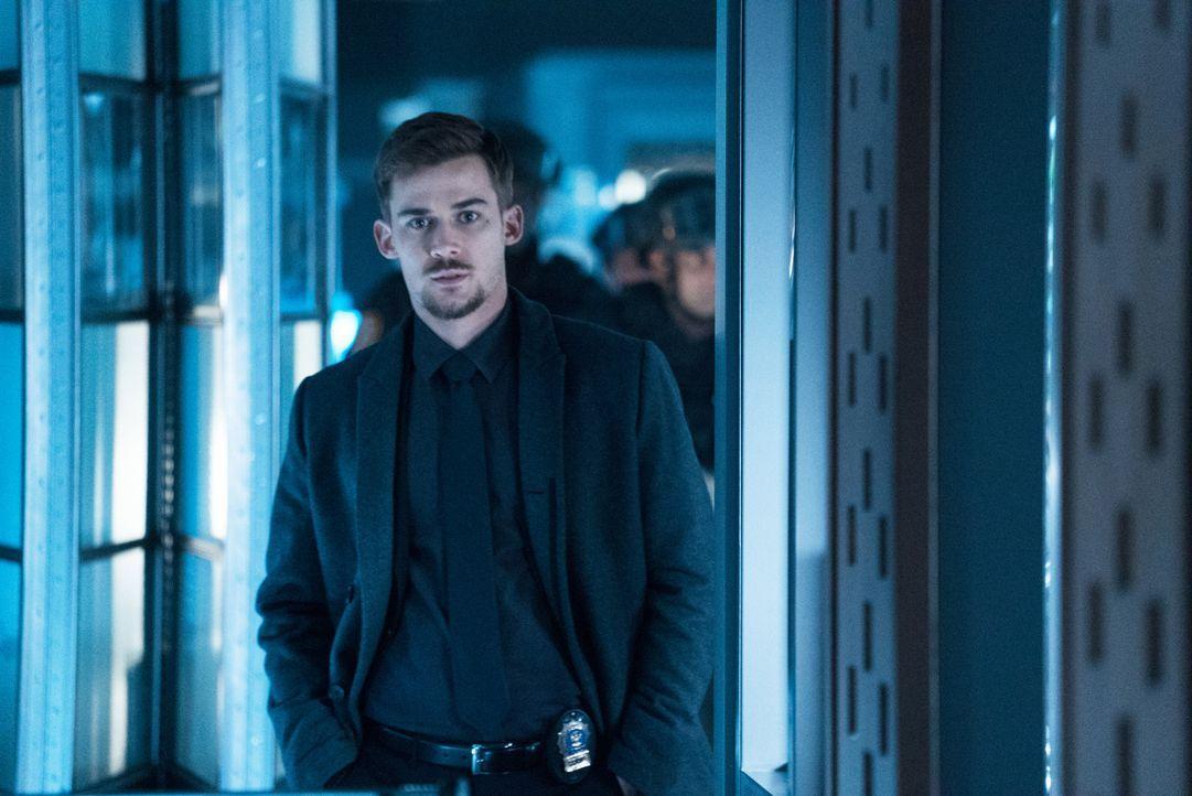 Jamies Ex-Freund Logan (Josh Salatin) ist neuerdings Detective bei der NAPD. Als er Hinweise auf einen Einbruch bekommt, macht er sich mit seinem Team sofort auf den Weg und stößt dort ausgerechnet auf Jamie. Was führt sie im Schilde?