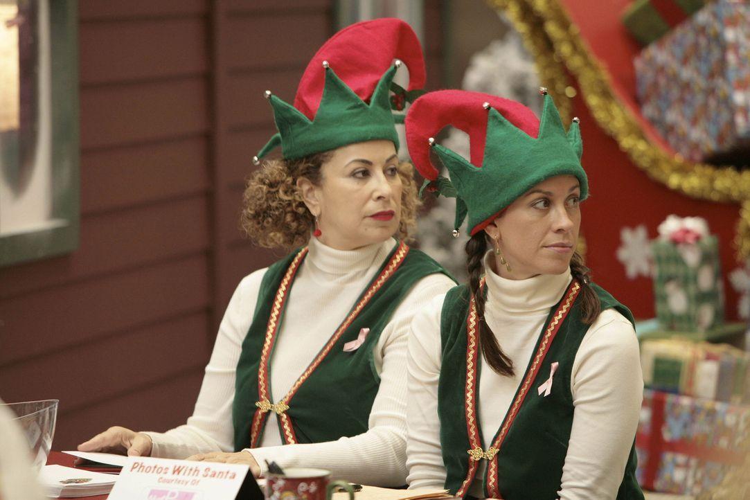 Sind von Sean, dem betrunkenen Weihnachtsmann, schockiert: Liz (Roma Maffia, l.) und Poppy (Alanis Morissette, r.) ... - Bildquelle: TM and   2004 Warner Bros. Entertainment Inc. All Rights Reserved.