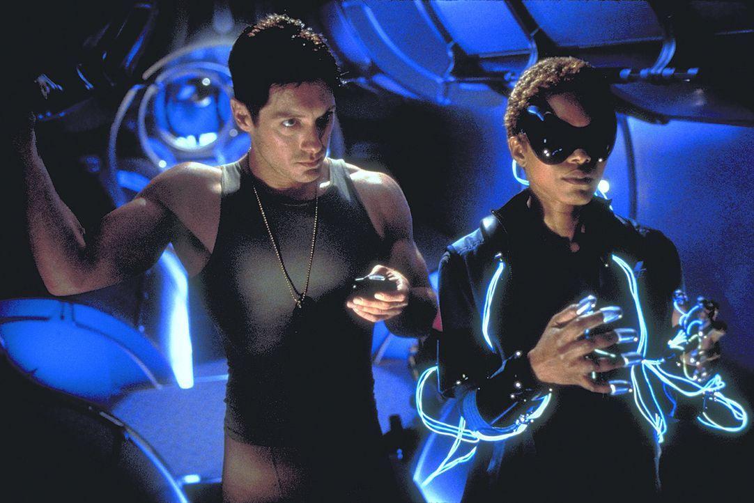 Die Raumschiffbesatzung (Peter Facinelli, l. und Angela Bassett, r.) befürchtet, dass demnächst ein gigantischer Stern explodiert ... - Bildquelle: Metro-Goldwyn-Mayer