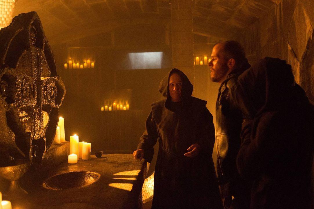 Bei seinen Untersuchungen findet Gordon heraus, dass der Mönchsorden um Father Creal (Ron Rifkin, l.) einige Rituale vollziehen möchte. Währenddesse... - Bildquelle: Warner Brothers